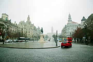 Centrum portugalskiego Porto w deszczu - foto