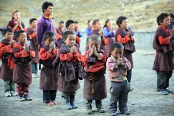 Modlące się dzieci w Nepalu