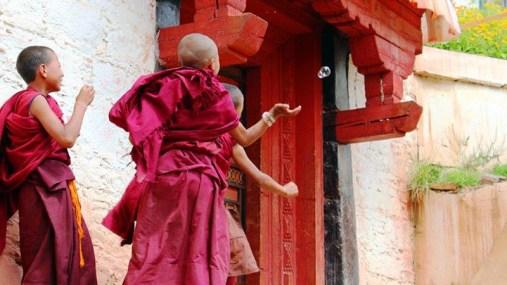 Zabawy młodych mnichów buddyjskich