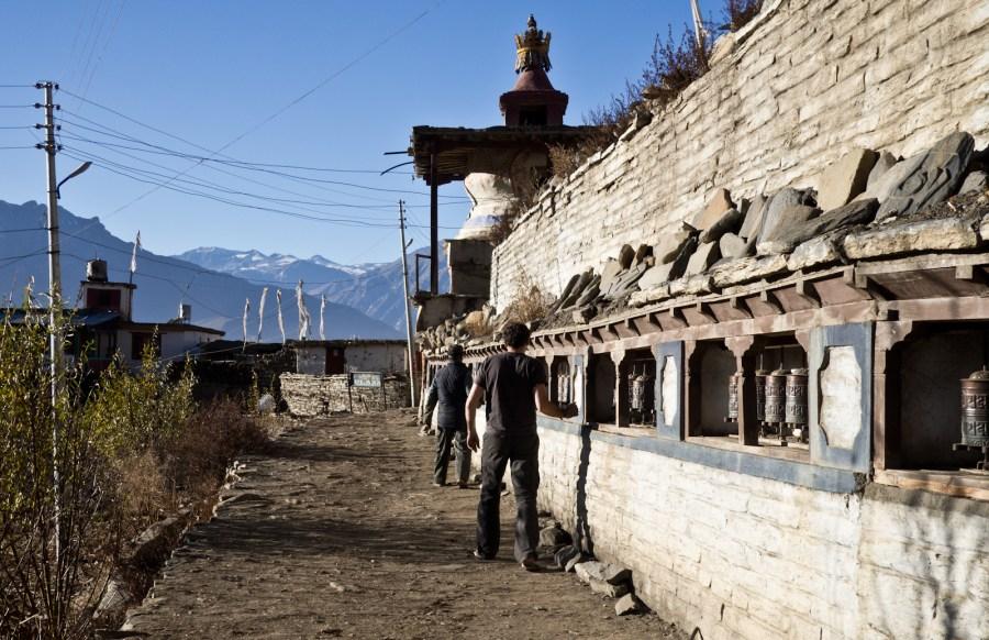 Mur modlitewny zakończony czortenem, Jharkot