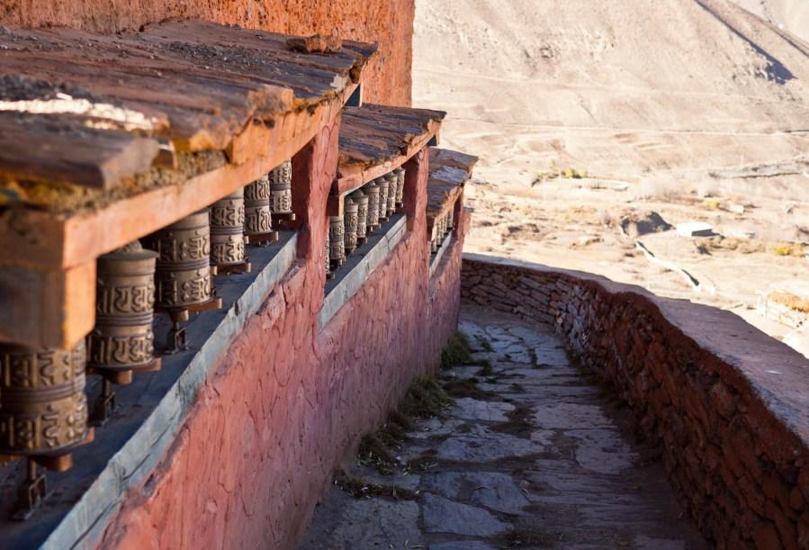 Młynki modlitwene na murze gompy, Jhakrot.
