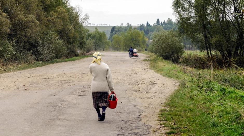 Droga przez wieś w Karpatach na Ukrainie