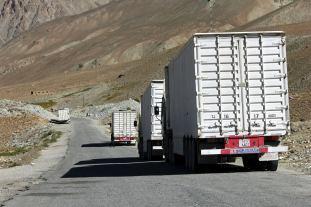 Ciężarówki na pamirskiej magistrali w Tadżykistanie