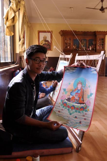 Sonam Wangdu podczas praktyki malowania thanek.