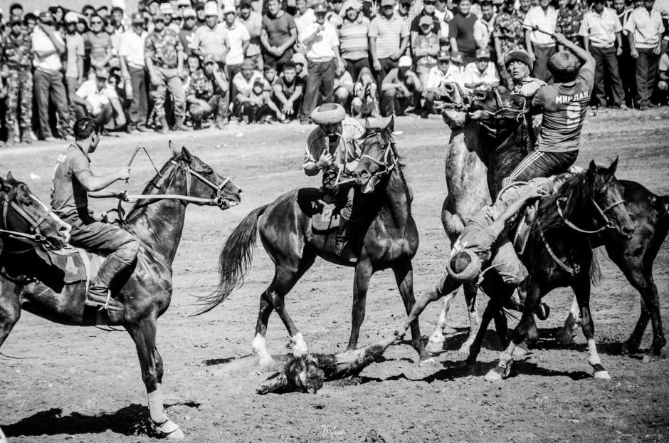 Gra w buzkaszi, zwodnicy na koniach, Kirgistan