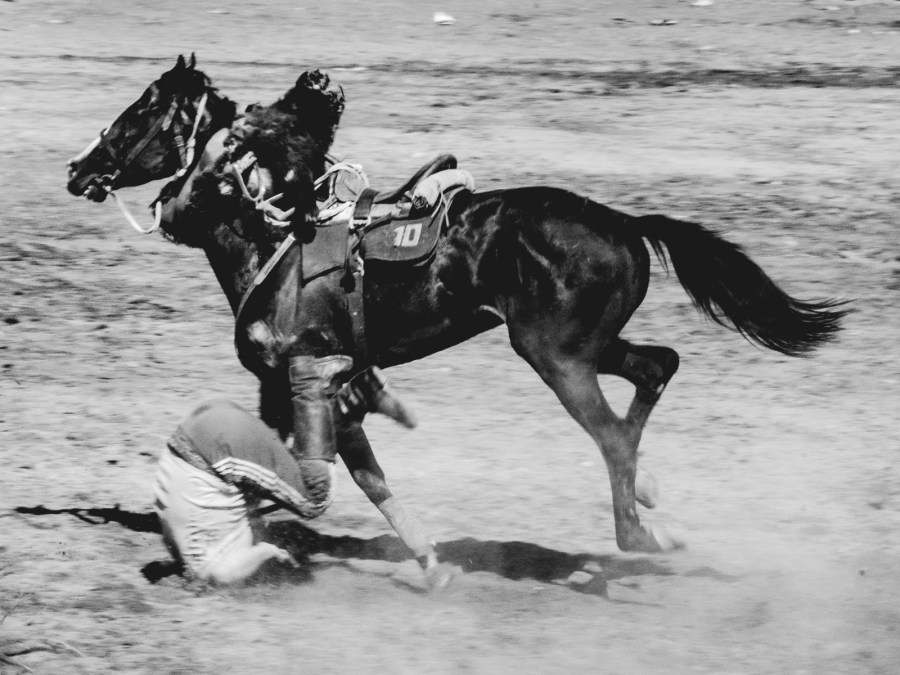 Kirgiz spada z konia, gra w kokburu