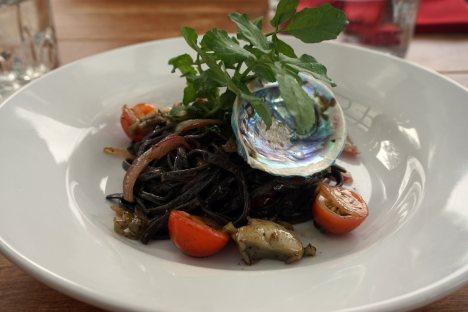 Makaron z kawałkami slimaka paua - kuchnia w Nowej Zelandii