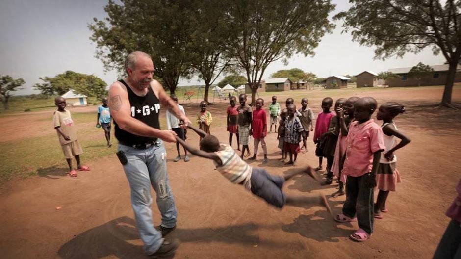 Sam Childers z dzieśmi z Sudanu Południowego