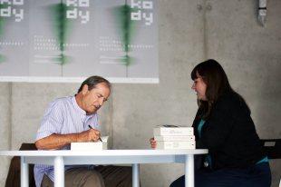 Paul Theroux podpisuje ksiązki w trakcie festiwalu w Lublinie