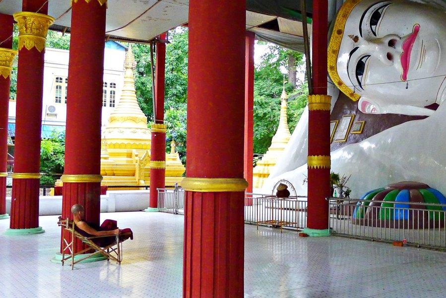Pagoda w Sagain, medytujący mnich, Birma