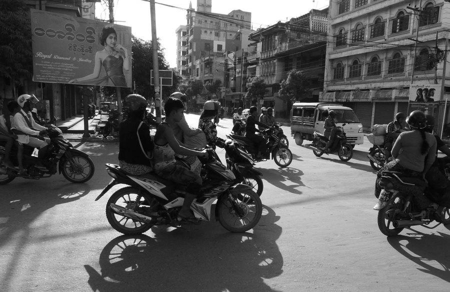 Ruch uliczny w Mandalaj. Zdjęcia z podróży do Birmy