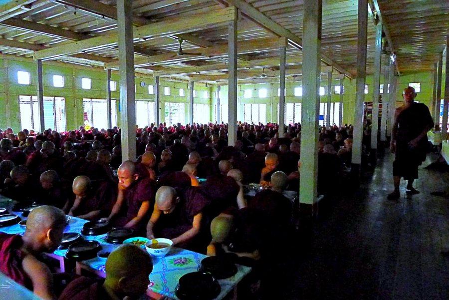 Mnisi w klasztorze Mahagandajon w birmańskim Mandalaj