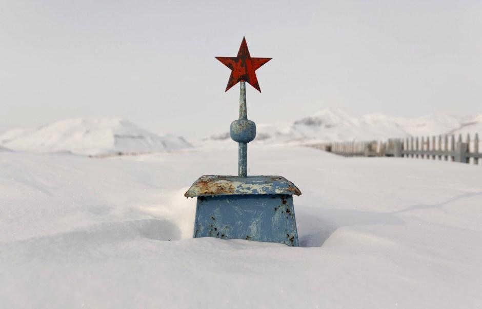 Spitsbergen - foto Ilona Wiśniewska - zasypany cmentarz w Piramidzie
