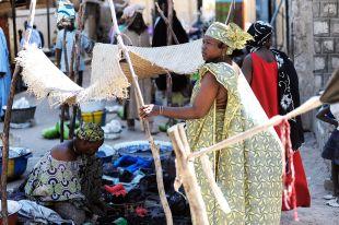 Barwny tłum na ulicach Timbuktu. Malijskie kobiety przywiązują dużą wagę do wyglądu, słyną z kolorowych sukni, turbanów i fantazyjnych fryzur. (Fot. Hanka Kurczyna)
