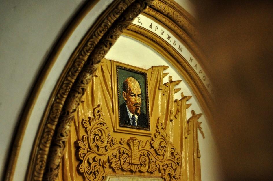 Portret Lenina w moskiewskim metrze - foto