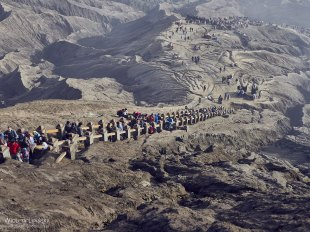 Indonezja, turyści w drodze na wulkan Bromo
