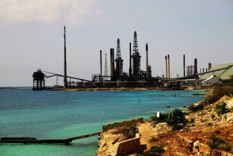 Atiba, pusta plaża i rafineria w tle