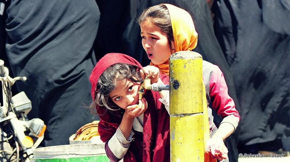 Iran, Sziraz - zdjęcia z podróży. Kran z darmową wodą do picia