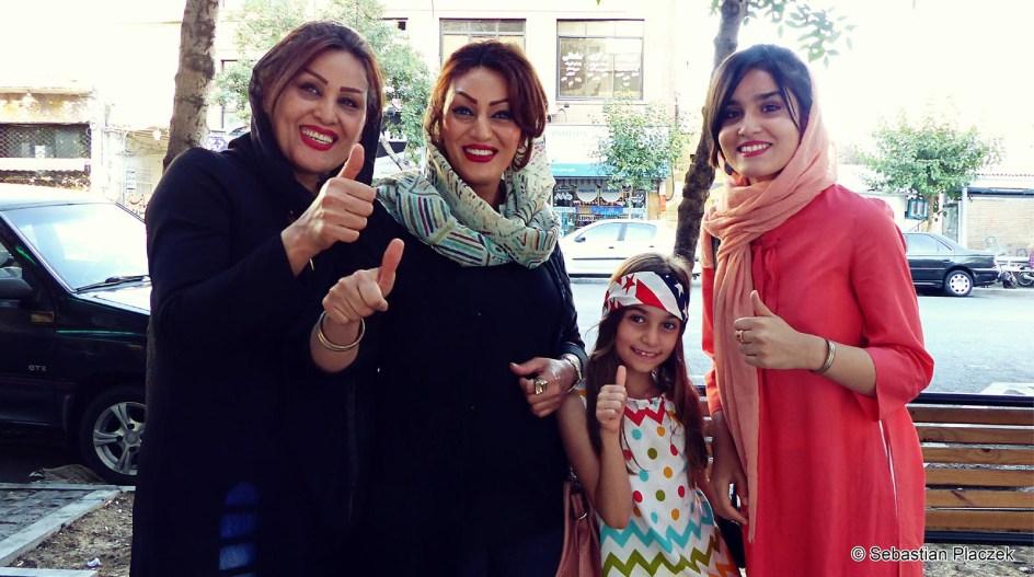 Iran, kobiety w Teheranie ubierają się w płaszcze i chusty