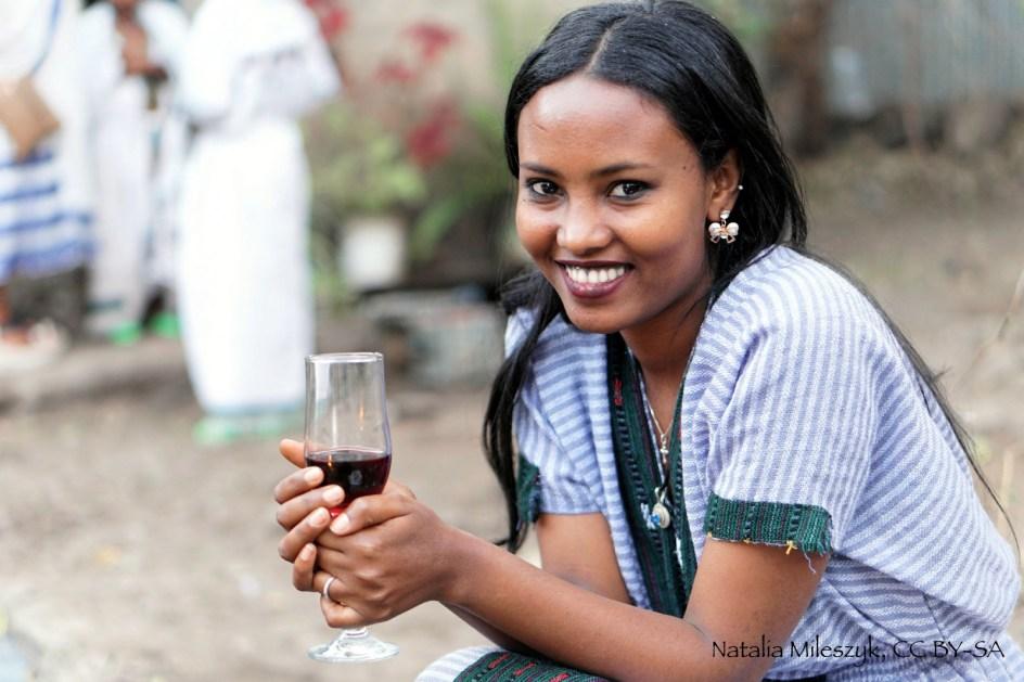 Etiopia, Gonder, portret dziewczyny z lokalnym winem