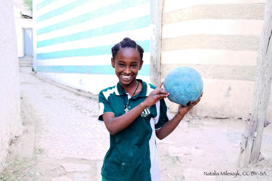 Etiopia, Harer, dziewczyna grająca w piłkę nożną - zdjęcia z podróży do Afryki