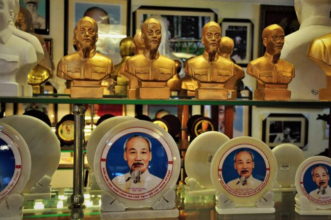 Wietnam, Hanoi, Muzeum Ho Chi Minha, pamiątki - zdjęcia z podróży