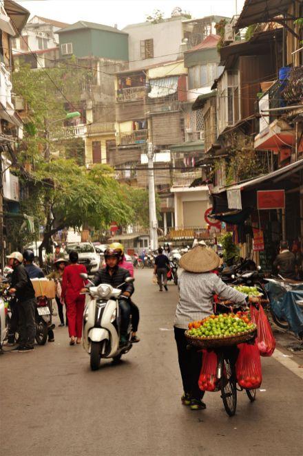 Wietnam, Hanoi, stare miasto, kobieta w kapeluszu non la, zdjęcia podrózy