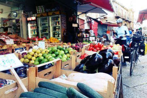 Włochy, Sycylia, stragan z warzywami, jedzenie w podróży, kuchania