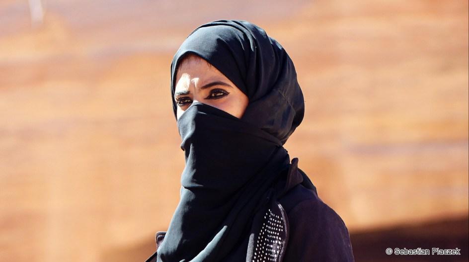 Jordania, Petra, kobieta sprzedająca pamiątki w turystycznej Petrze