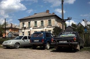 Ukraina, Zakarpacie, parking na stacji kolejowej w Siankach