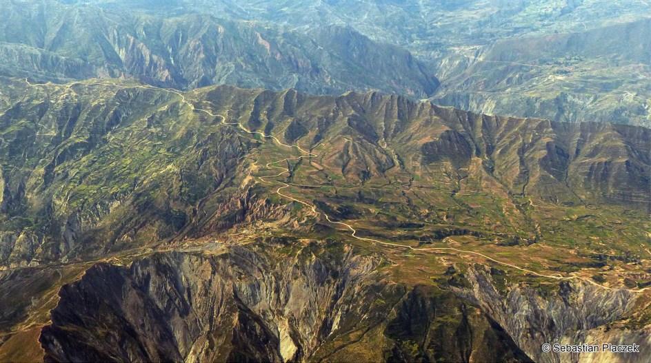 BOLIWIA, Ameryka Południowa. Panorama okolic La Paz z okna samolotu