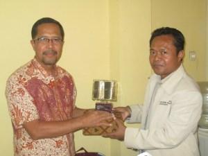 Kepala Badan Arsip dan Perpustakaan Provinsi Jawa Tengah (Drs, Agus Waluyo) dan Kepala UPT Perpustakaan UNPAS (Hilman Firmansyah, S.IP., M.AP)