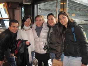 Jean, Akiko-san, Silvina, Maleny y yo paseando por el río Sumida