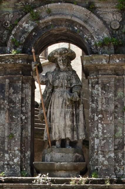 Estatua de Santiago Apóstol en la fachada de la Puerta Sagrada