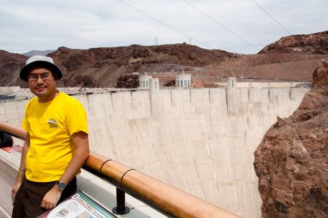 Posando en frente de la represa Hoover