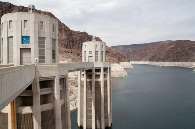 El lago Mead y las torres de toma de agua del lado de Nevada en la represa Hoover
