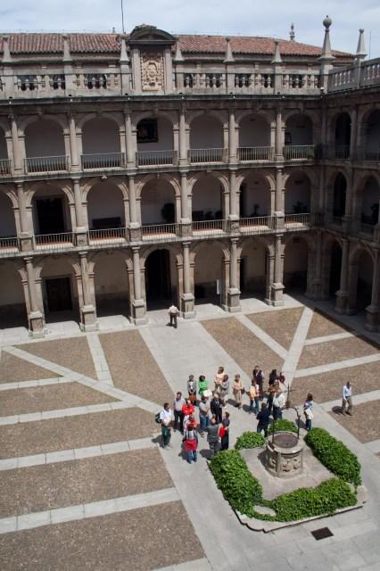 Turistas apreciando el patio de Santo Tomás del Colegio Mayor de San Ildefonso, Universidad de Alcalá, Alcalá de Henares, España