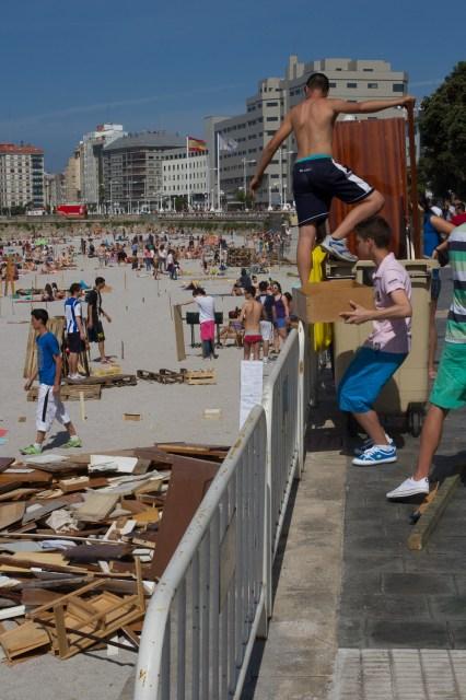 Jóvenes transportando madera para las hogueras de San Juan en La Coruña, España