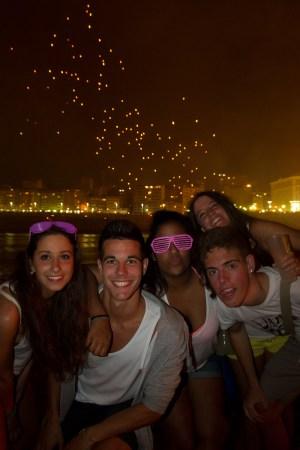 Un grupo de chicos y chicas celebrando la fiesta de San Juan en La Coruña, España