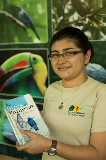 Voluntaria de la Fundación Avifauna en el Panama Rainforest Discovery Center