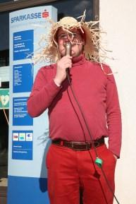 """Bankstellenleiter Hans Baumgartner begrüßte als """"Kulturerhalter"""", umgangssprachlich Vogelscheuche, zahlreiche Gäste"""