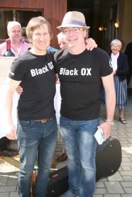 Thomas Strobl (rechts) der vor etwa 12 Jahren mit seiner Idee die Black OX Events initiiert hatte, kam mit Gesang und Gitarre, um Walter Kahri (links) zum runden Geburtstag zu gratulieren