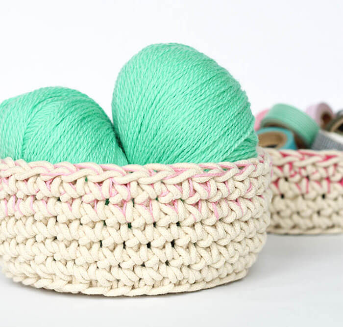 Make your own color block crochet baskets perfect for storing odds and ends. Free Crochet Pattern.