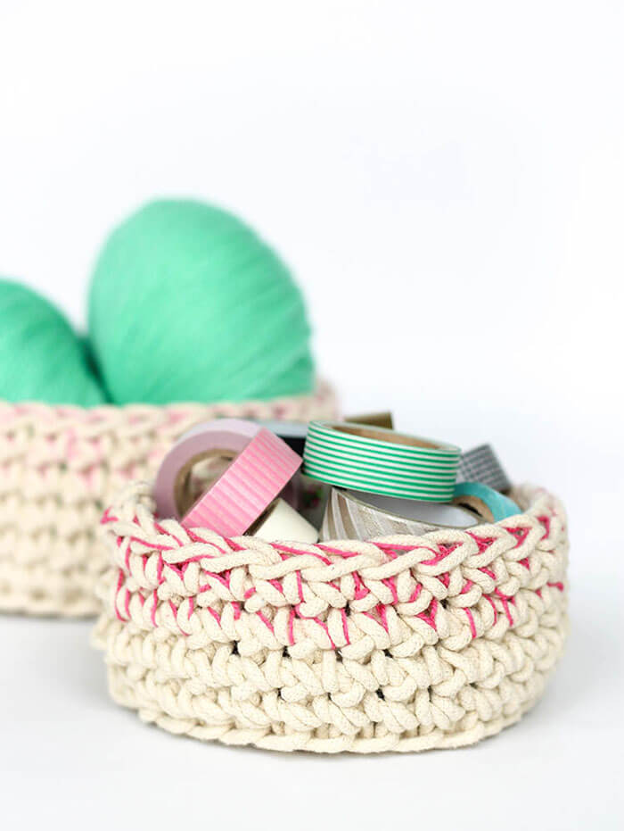 Make your own little baskets perfect for storing odds and ends. They have a pretty, subtle colorblocking effect. Free Crochet Pattern.