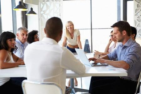 Mitarbeiter arbeiten ohne Führungskraft in selbstgesteuerten Teams