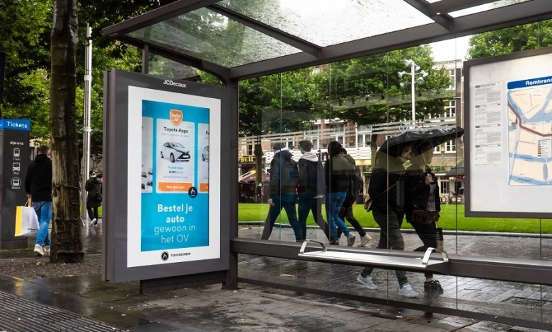 Photo of Auto.nl turns bus shelter on Amsterdam's Rembrandtplein into temporary location 'OV-shippers'