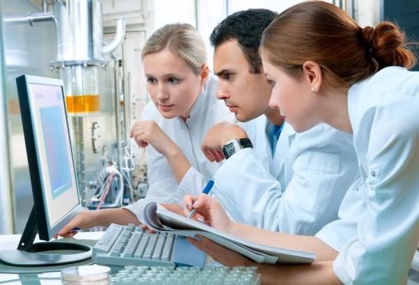 Immagine di ricercatori medici che registrano risultati clinici sui risultati del trattamento della lombalgia.