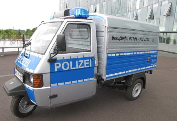 Rollende Personalwerbung: Piaggio APE 50 der Polizei Mettmann