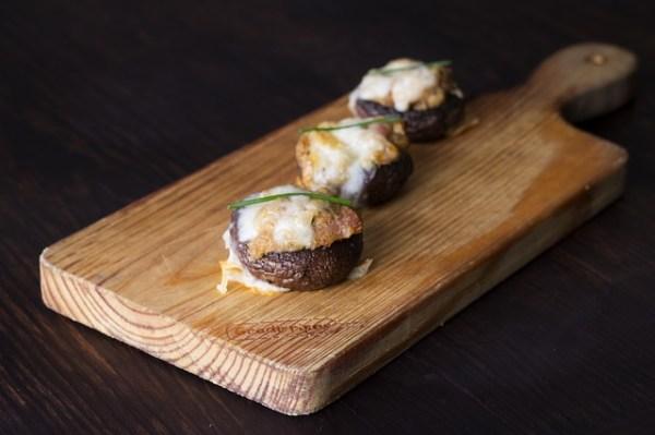 Met feta en kappertjes gevulde champignons van de BBQ
