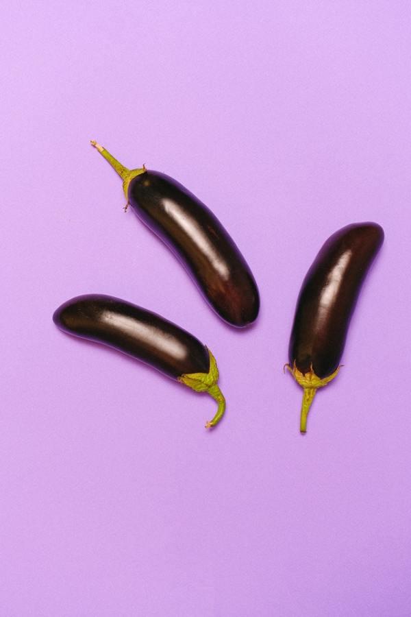 Zalmcurry met aubergine en peultjes